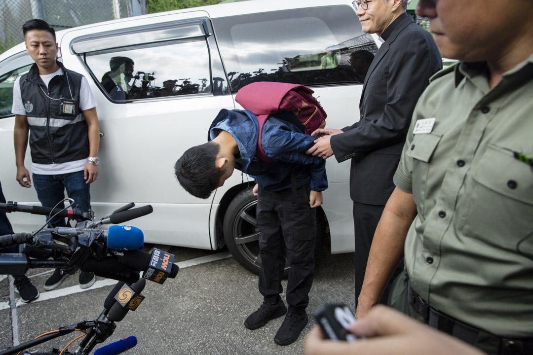 2019年10月23日,香港的壁屋監獄外,陳同佳在獄外兩度鞠躬,向潘曉穎的家人及香港人道歉。 攝:林振東/端傳媒