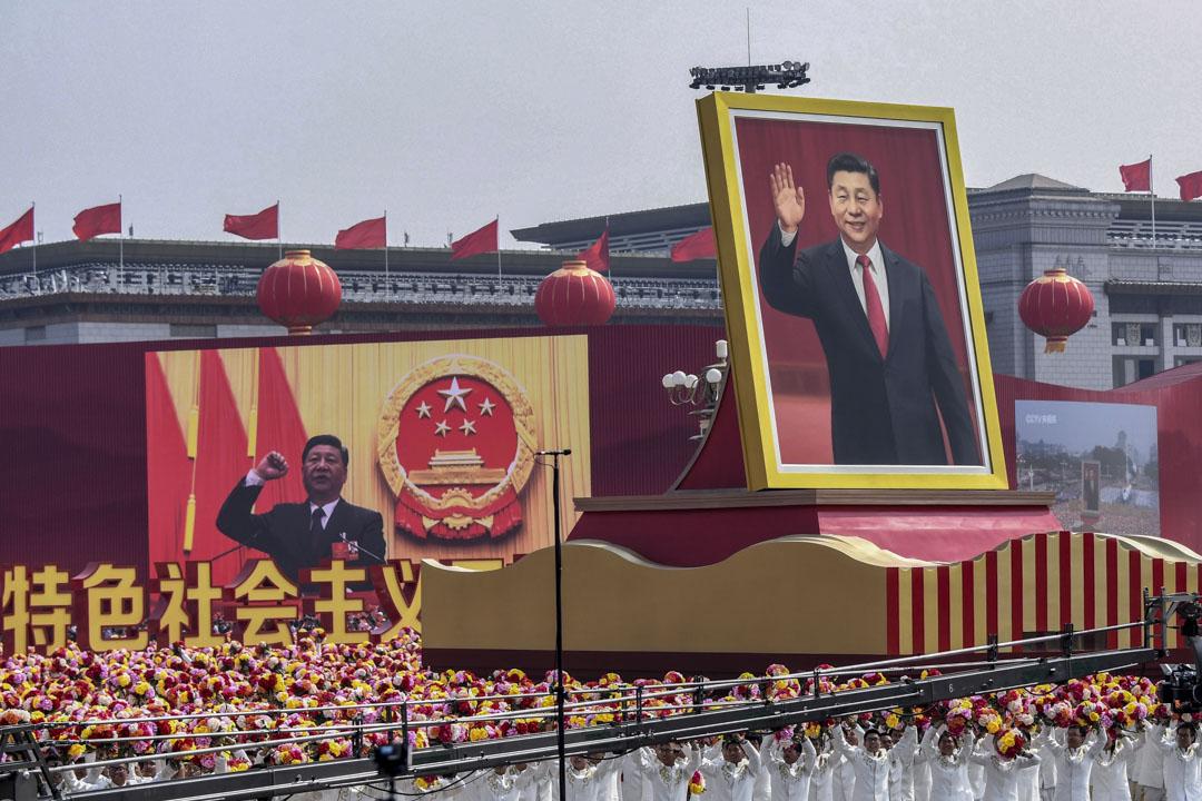 2019年10月1日,中國國家主席習近平的巨幅肖像在遊行隊伍上,以慶祝1949年中華人民共和國成立70週年。