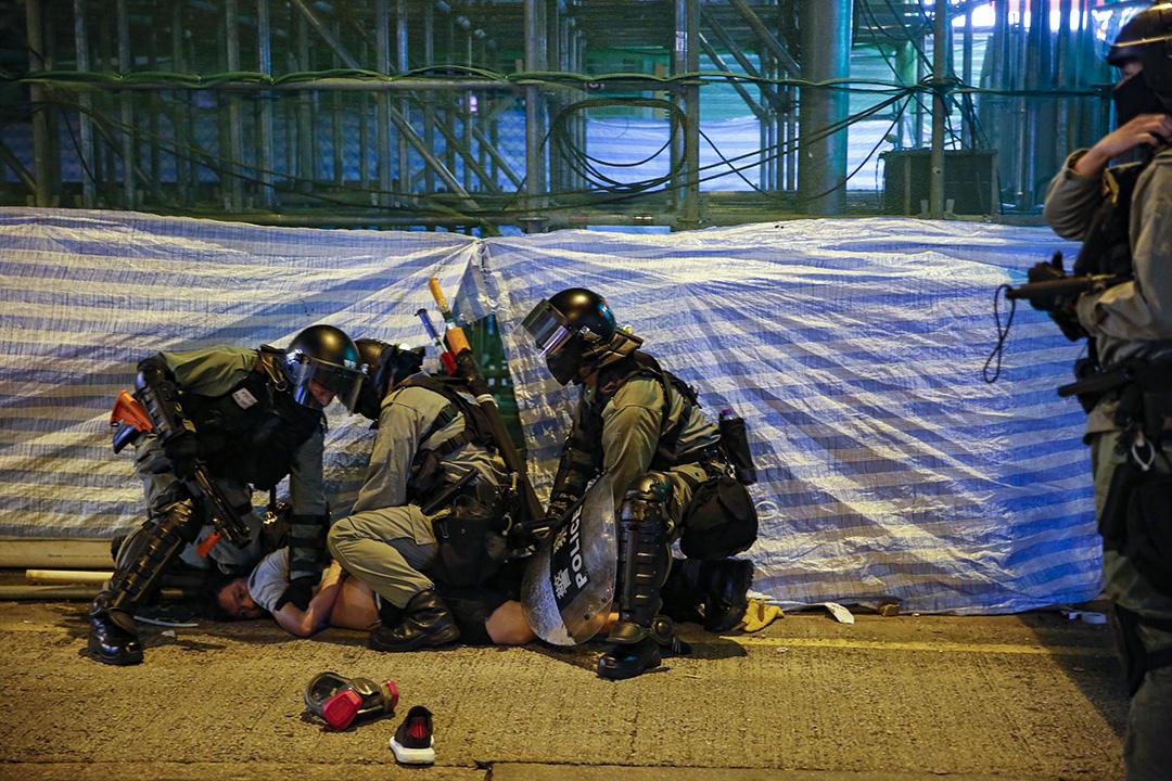 警方制服一名示威者。
