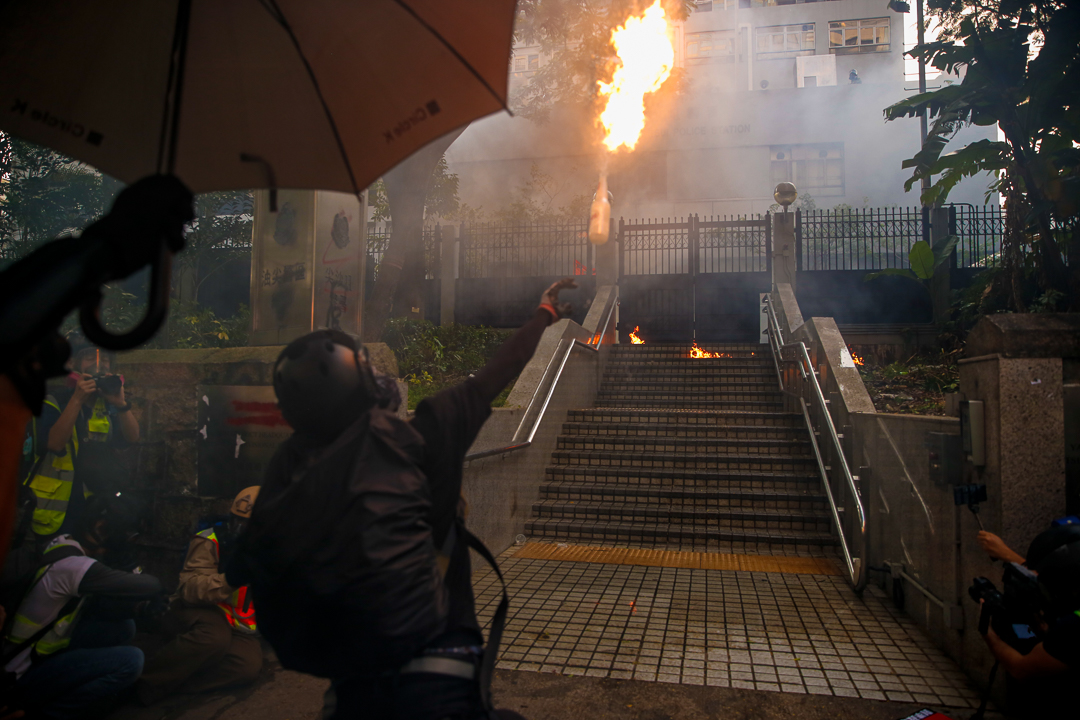 2019年10月20日,九龍區遊行期間,示威者向警署投擲汽油彈。