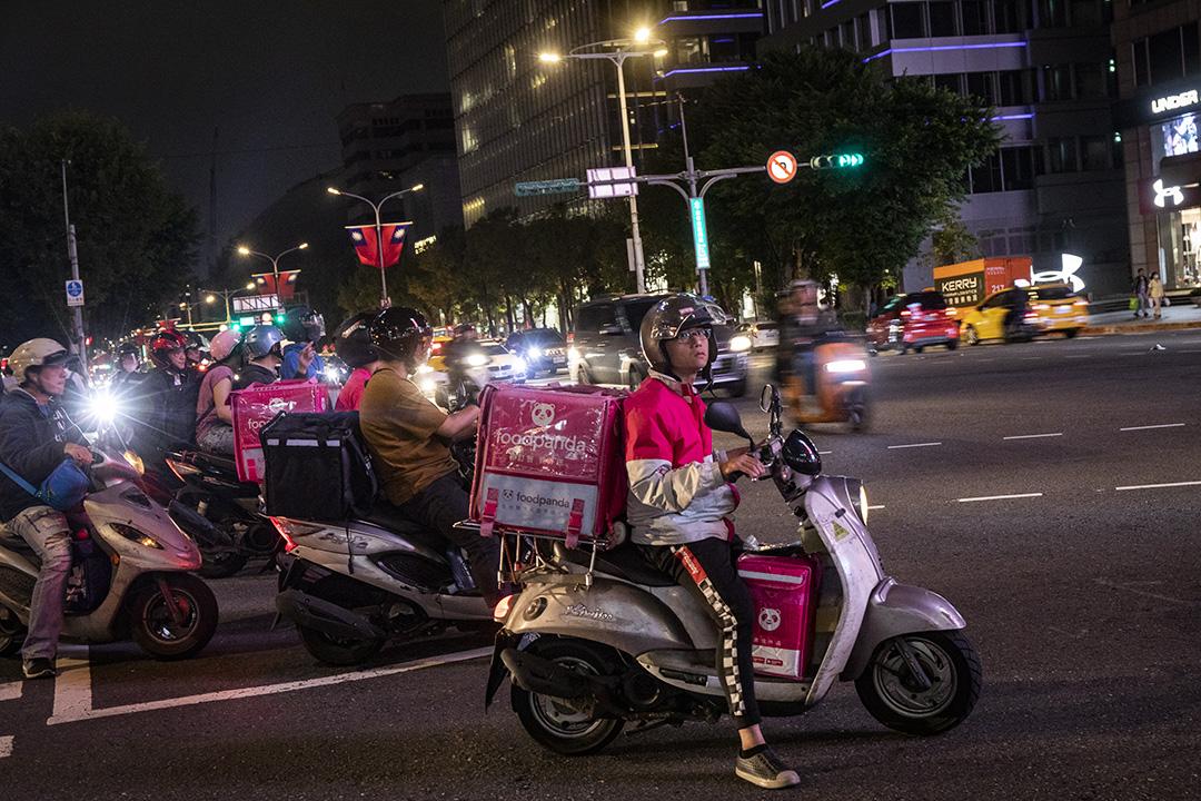 台北信義區的電單車外送員。 攝:陳焯煇/端傳媒