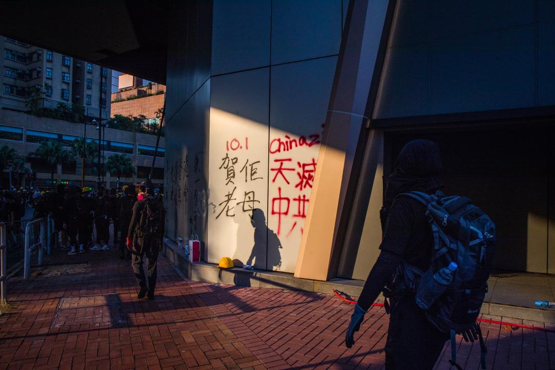 2019年10月1日國慶日,示威者在沙田的商場下塗鴉。 攝:陳焯煇/端傳媒