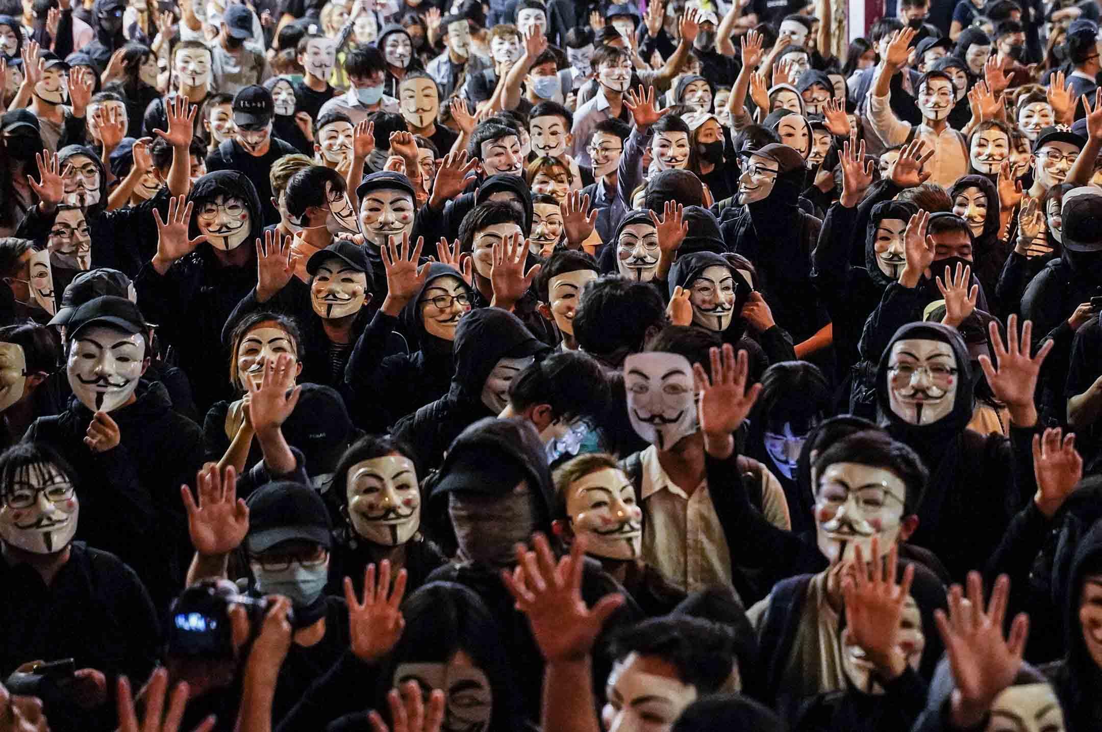 2019年11月4日,不少戴面具的市民參與尖沙咀一個遊行。 攝:劉子康/端傳媒