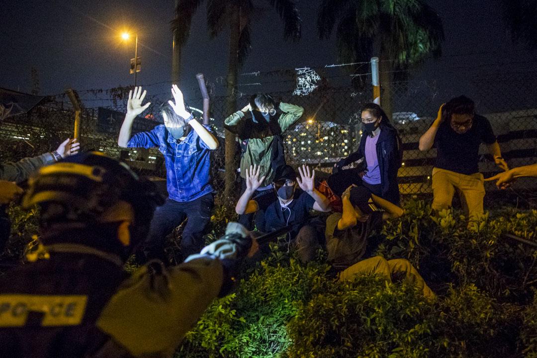 2019年11月19日,一群留守理工大學的示威者在逃跑時遭警方發現後被捕。