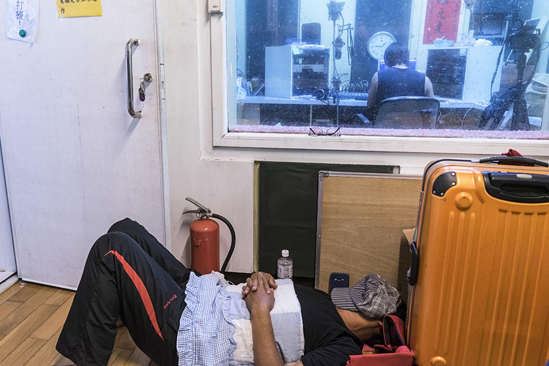 2018年,謝永泉在蘭嶼電台錄音到清晨,在錄音室外就地躺下休息。