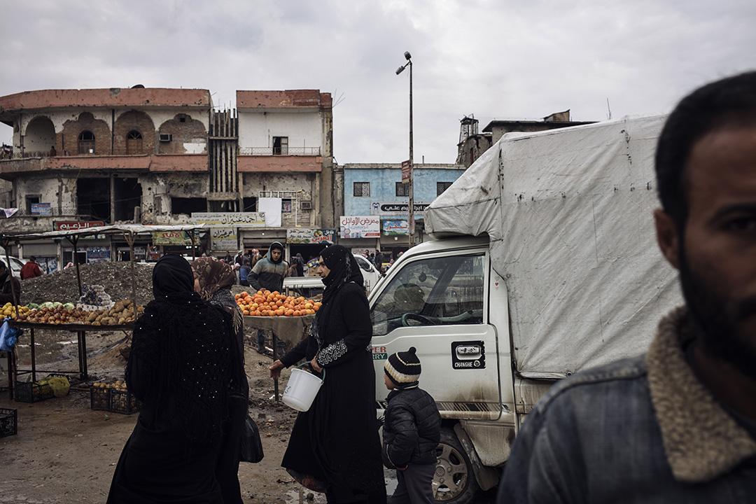 雨中的拉卡,婦女們正在採購從外地運進的西紅柿和土豆。