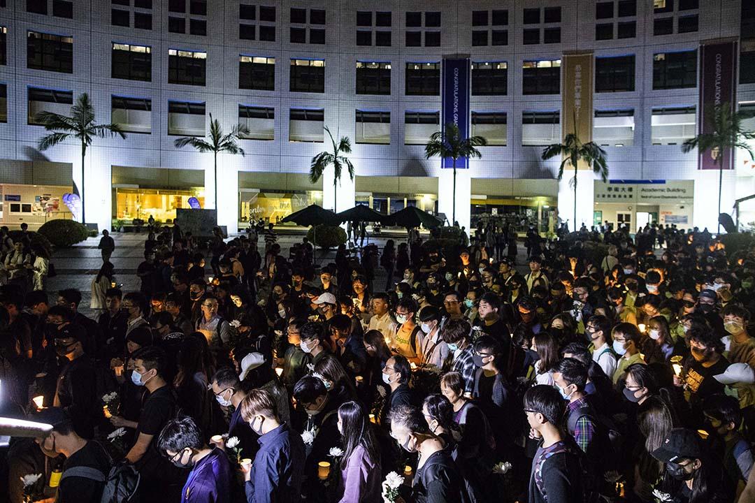 11月8日晚上,同學和市民自發來到科大校園為早前在停車場墮下導致嚴重腦出血、今早離世的周同學舉行悼念會。