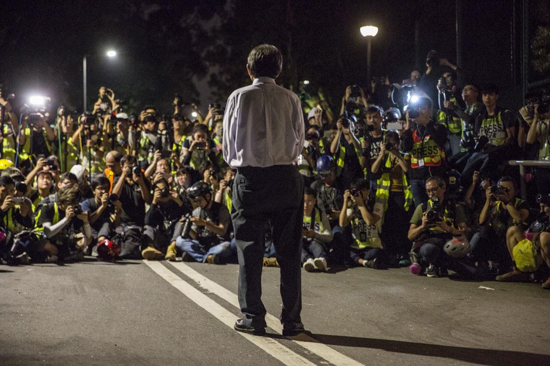2019年11月12日,香港中文大學校長段崇智與警方談判後見學生及傳媒。
