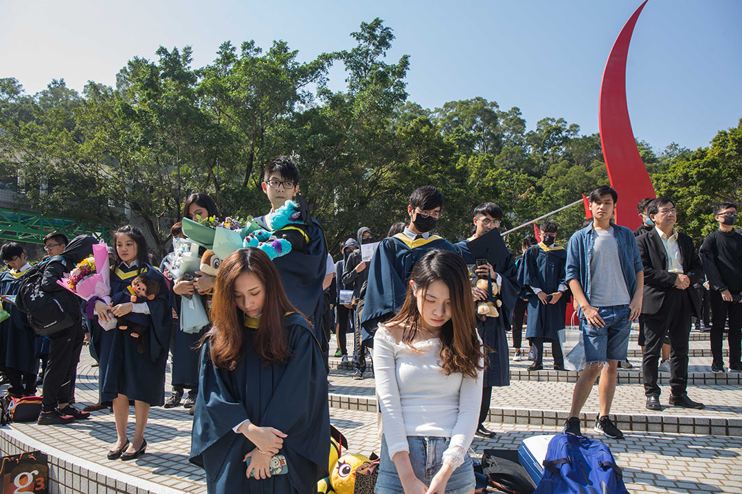 11月8日下午,香港科技大學校園,同學在為今晨去世的周同學悼念。