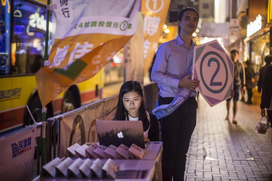 為安全著想,在晚上九時後的深宵街站,傅佳琳會跟同區出戰的民主派張嘉陽一起拉票。