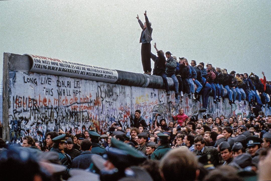 一個人在1989年11月12日德國的柏林圍牆上慶祝。 攝:Chute Du Mur Berlin/Gamma-Rapho via Getty Images