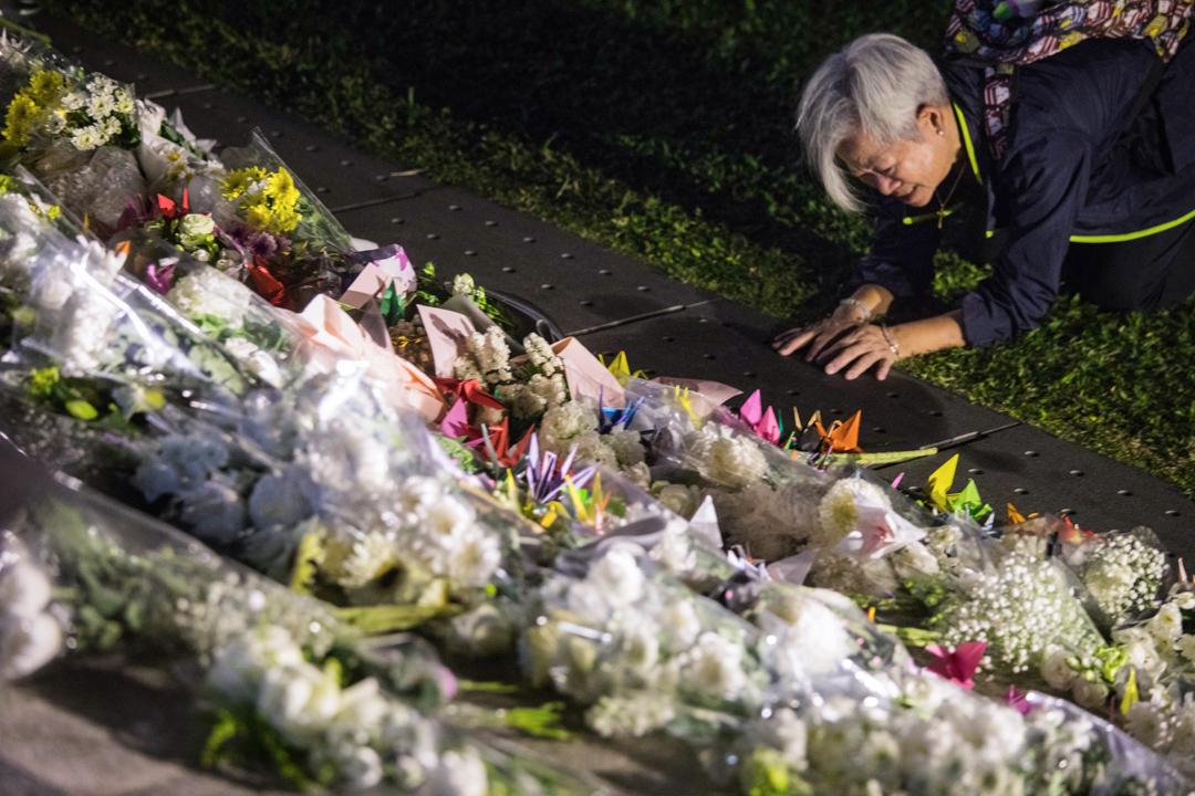 2019年11月9日,民眾為逝世的周梓樂獻上鮮花。 攝:陳焯煇/端傳媒