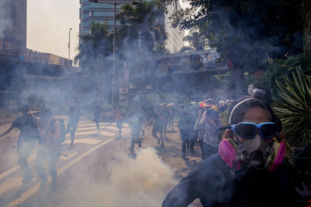 2019年11月18日,示威者試圖離開理大校園,警方施放催淚彈。
