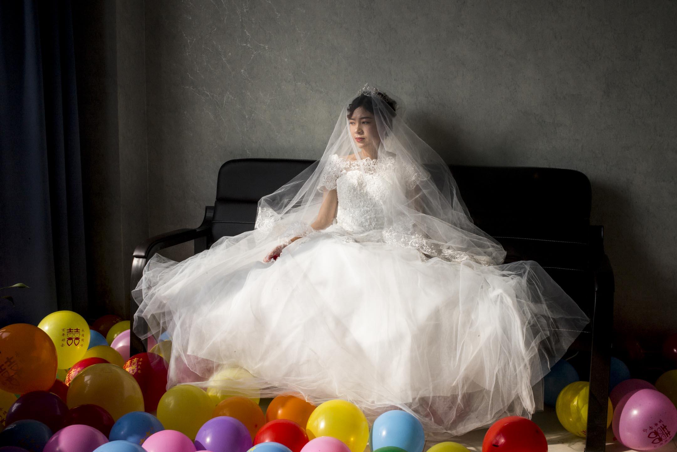 緬甸新娘楊家鄉在河南,她的「娘家」設在婚介公司李總的辦公室,迎親隊伍剛到達,房間外氣氛喧嘩熱鬧。 攝:林振東/端傳媒