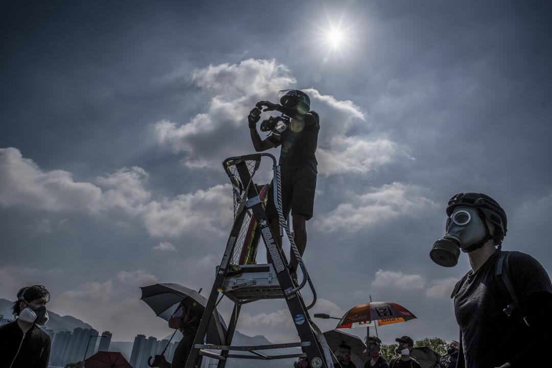 2019年11月13日,示威者在中文大學二號橋現場。 攝:廖雁雄/端傳媒