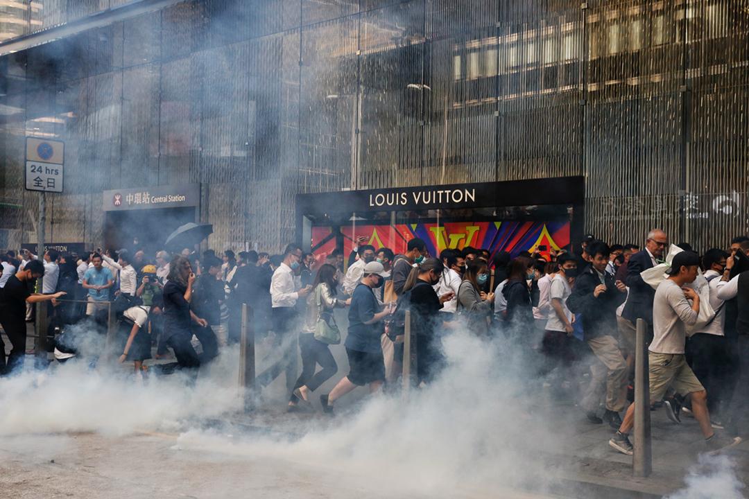 2019年11月11日在中環,警方施發多枚催淚彈,不少外出用膳的上班族連忙走避。 攝:林振東 / 端傳媒