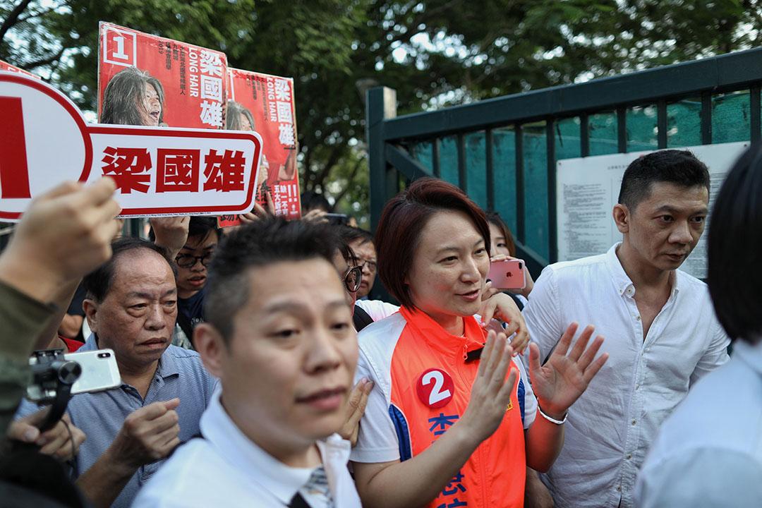 2019年11月24日區議會投票日,參選土瓜灣北區的民建聯主席李慧琼。同區候選人為「長毛」梁國雄。