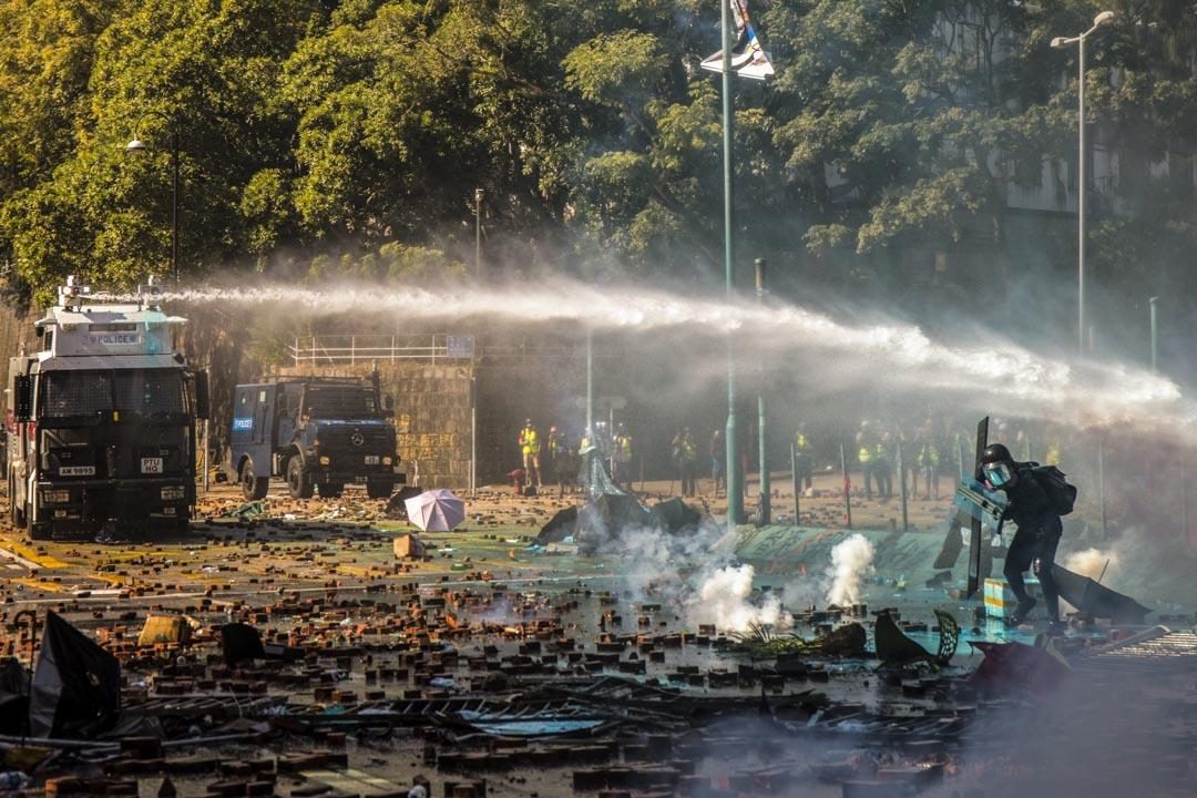 2019年11月17日,理工大學外兩架水炮車同時向示威者的方向發射水炮。