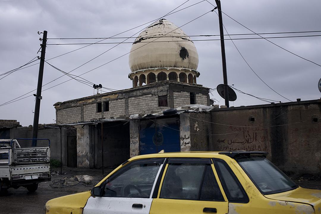 在」伊斯蘭國「曾經的」首都「拉卡,一處被炮火擊毀的清真寺圓頂上依然殘留着巨大的彈孔。