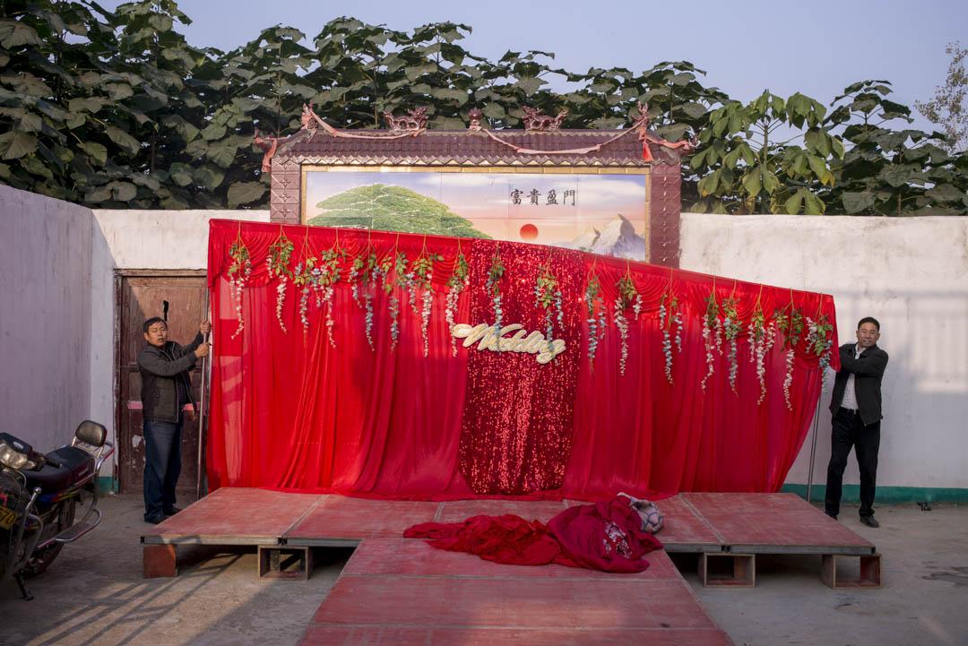 李總的婚介公司是靠「服務」來盈利。給人拉緬甸的紅線,成了,就靠珠寶、婚紗照、婚宴、婚禮車隊等服務收費。
