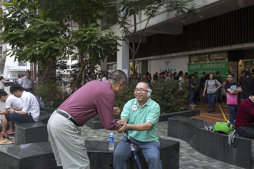 2019年11月24日區議會投票日,日前被咬掉左耳的太古城西選區候選人趙家賢。同區候選人為丁煌。