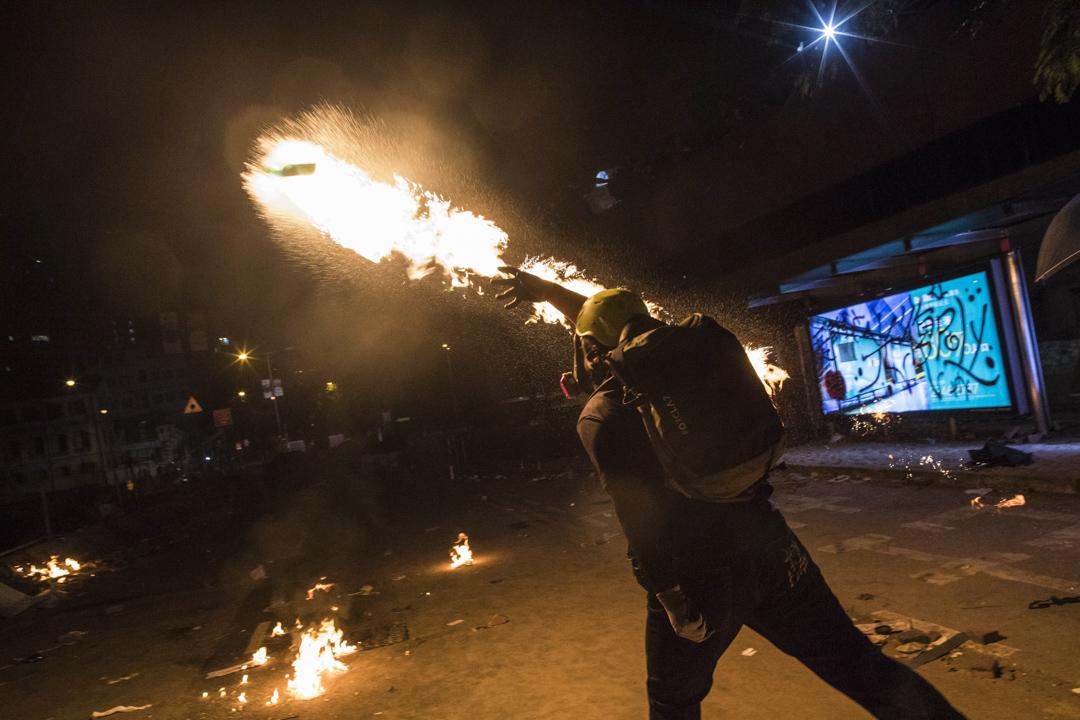 2019年11月16日,警方再度在漆咸道南施放多枚催淚彈 ,示威者投擲汽油彈還撃。 攝:陳焯煇/端傳媒