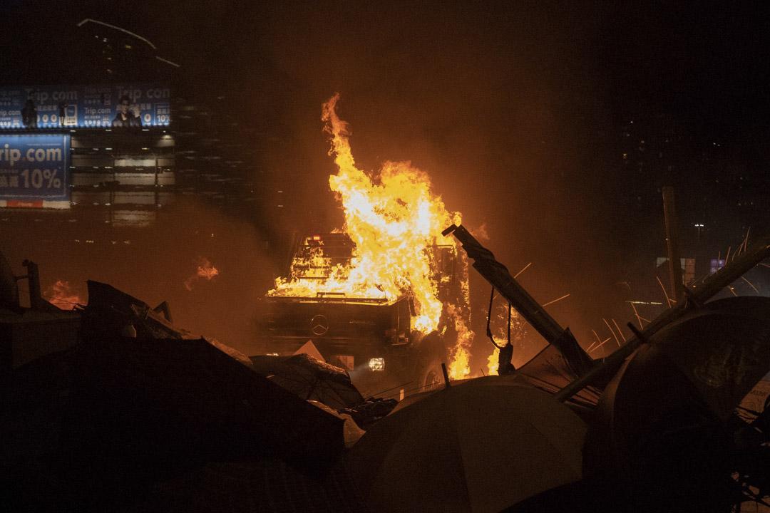 2019年11月17日,暢運道天橋上有裝甲車到場,向示威者方向推進,示威者向裝甲車投擲多枚汽油彈令車起火。
