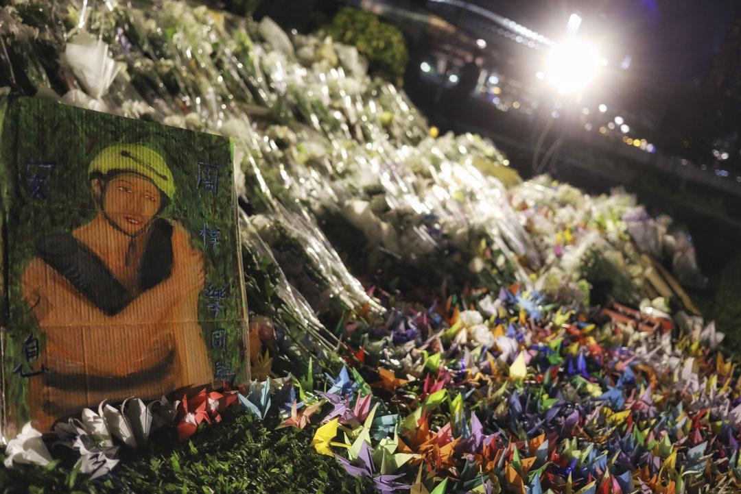 2019年11月9日,民眾為逝世的周梓樂獻上鮮花。