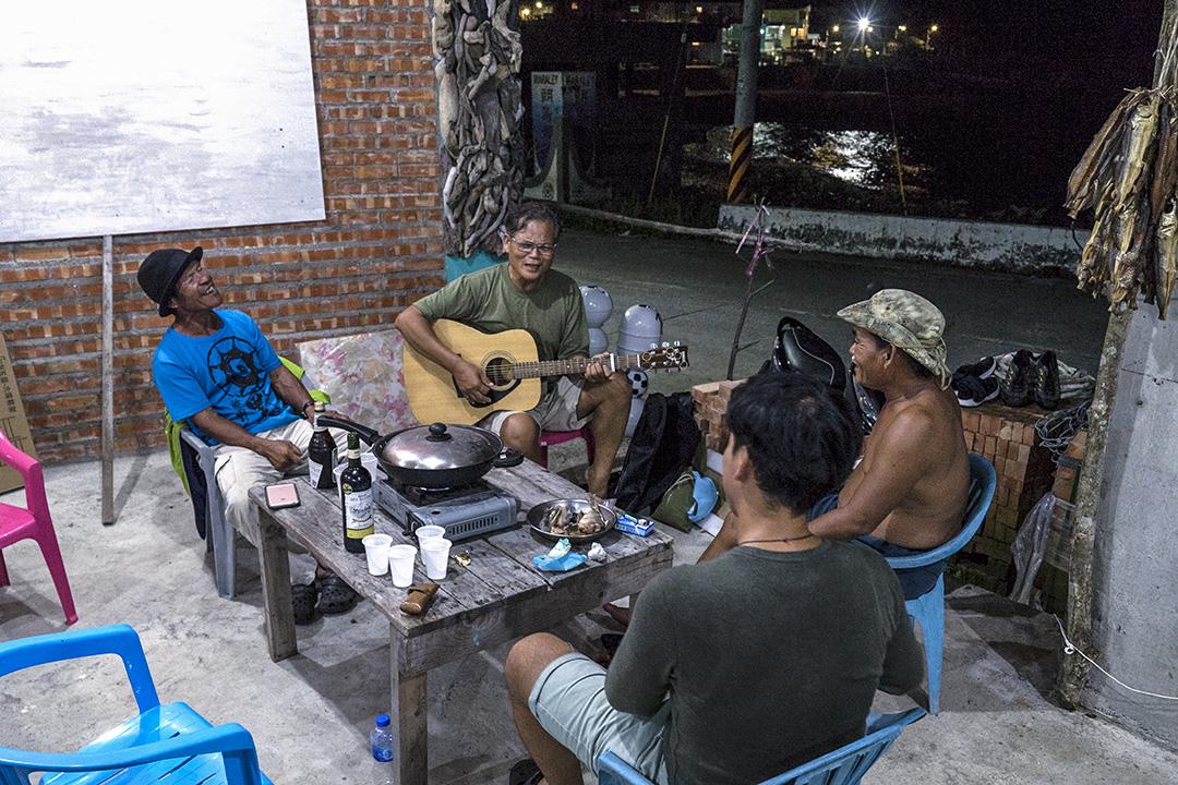 謝永泉與部落友人彈唱。