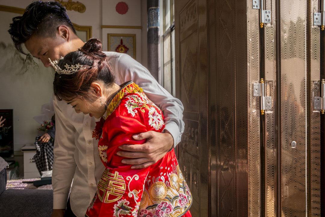 婚禮結束後,小彬與家鄉。