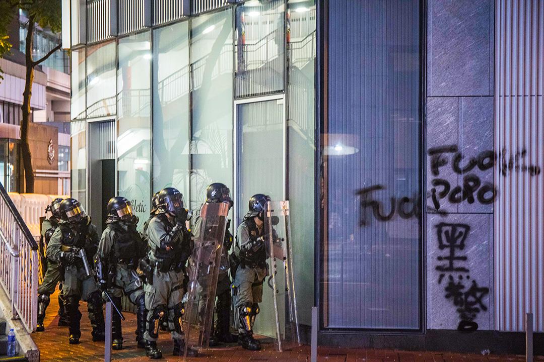 2019年9月1日,警方在警察總部一帶驅散示威者。