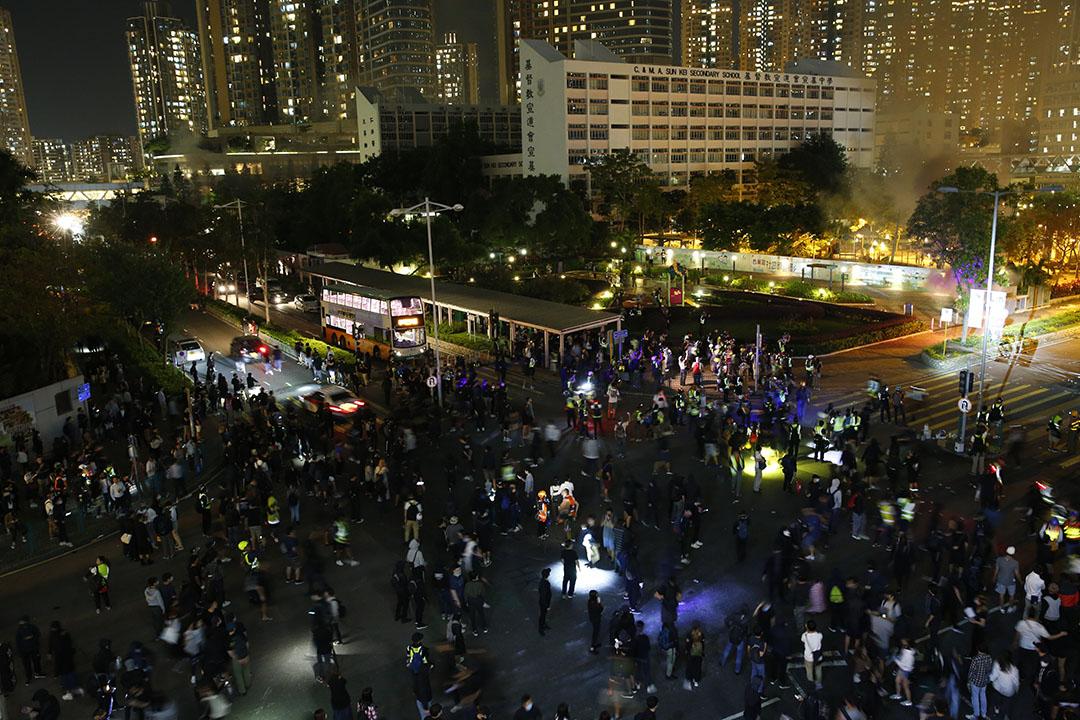 11月8日晚上22:48分左右,將軍澳有電箱火勢猛烈,一度傳出巨響,令附近街燈停電熄滅。