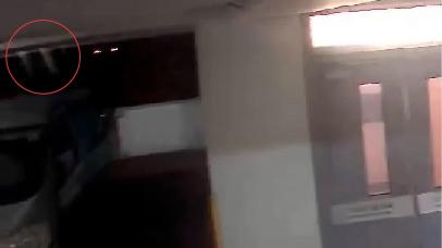 閉路電視畫面在接近周梓樂墮樓位置半空出現閃光,懷疑是周梓樂墮樓瞬間。
