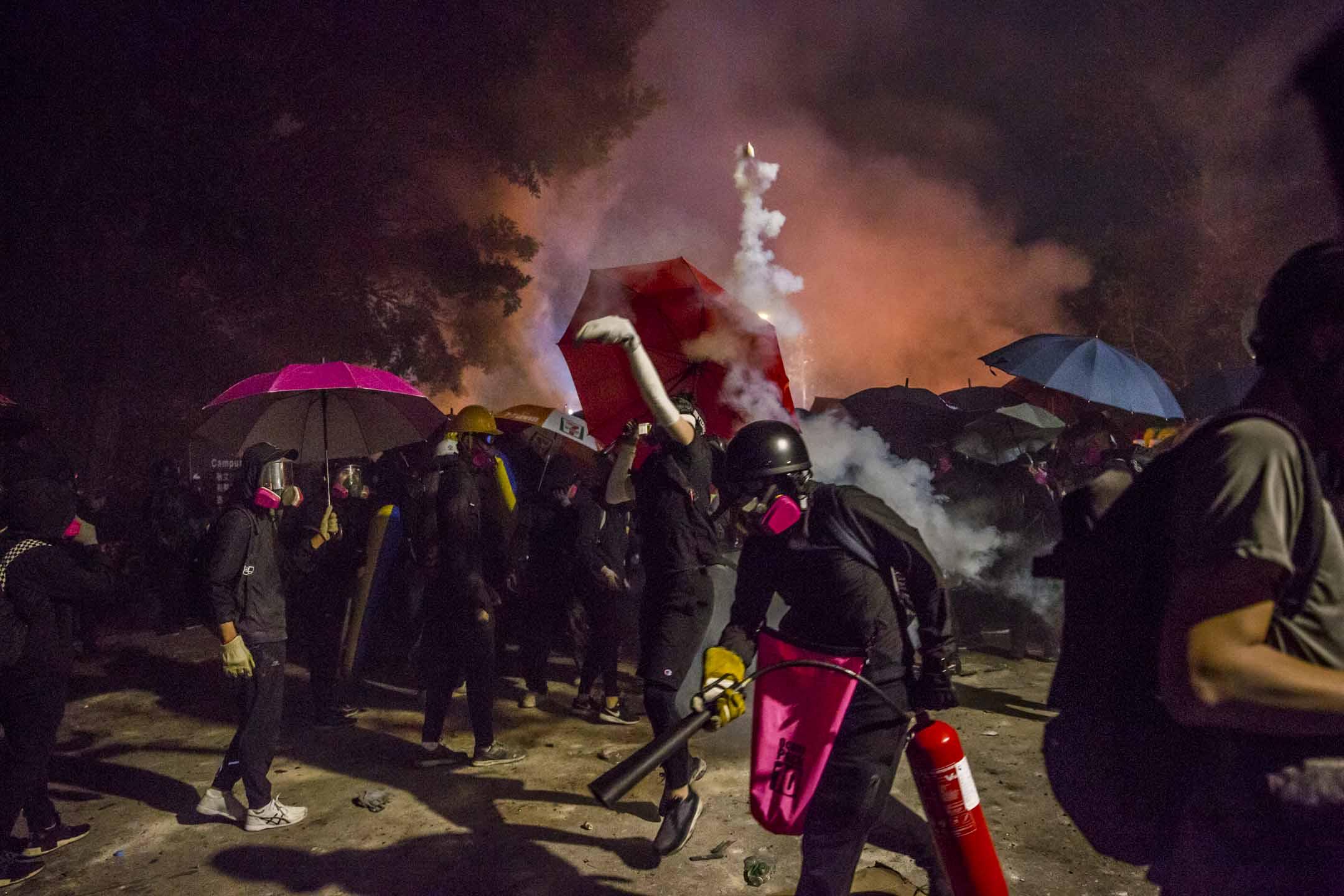 2019年11月12日,香港中文大學二號橋,警察與示威者發生衝突。 攝:林振東/端傳媒