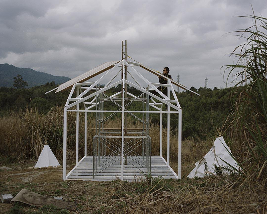 吉富遙樹今年31歲,是日本大阪人,大學在北京就讀建築系,於2017年來到社區。他正在搭建的「曠野餐廳」是自己設計的。