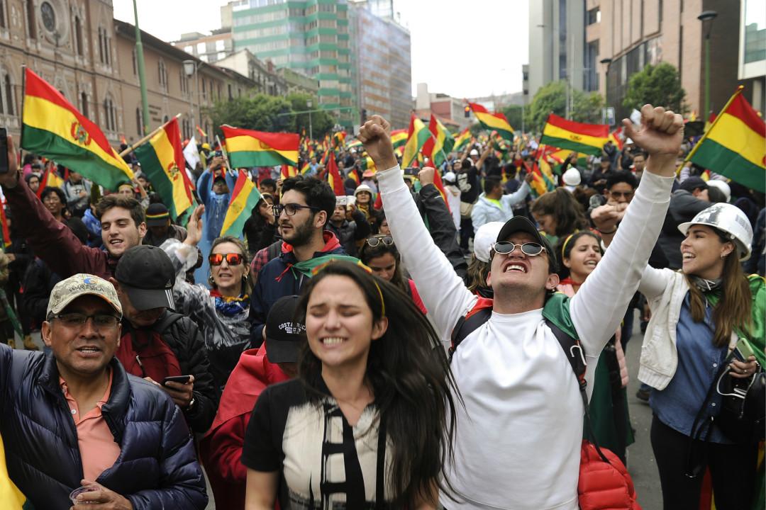 2019年11月10日,玻利維亞總統莫拉萊斯(Evo Morales)宣布下台後,民眾上街遊行慶祝。 攝:Jorge Bernal/Getty Images