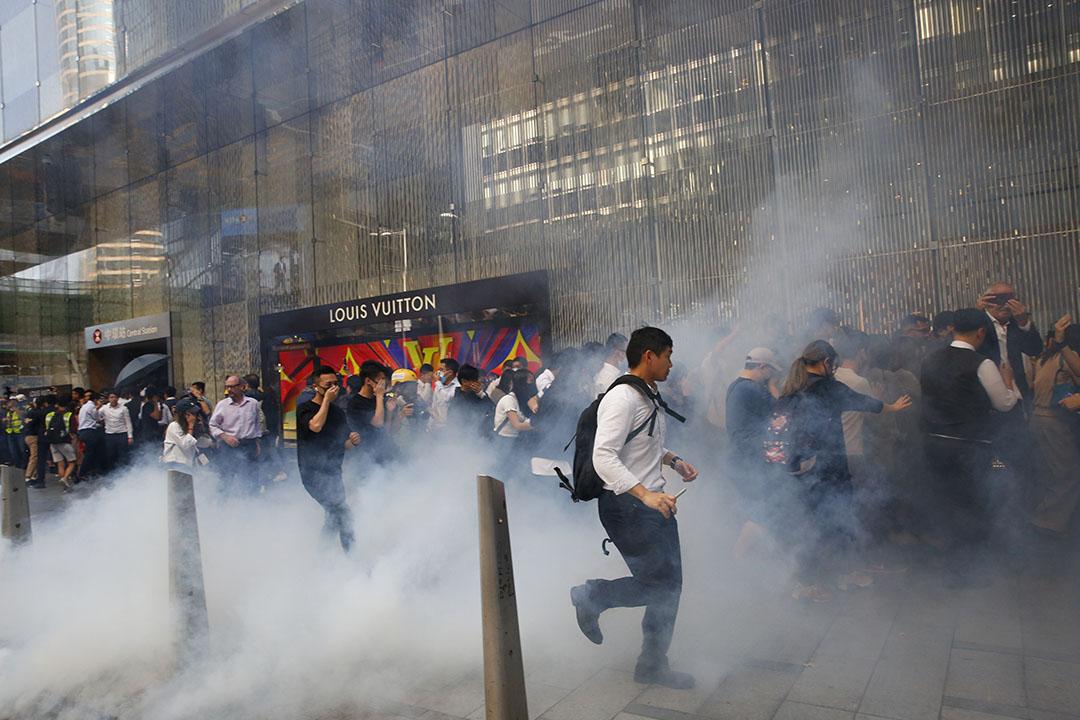 11月11日,中午一點左右,中環,警方施放催淚彈,市民散開。