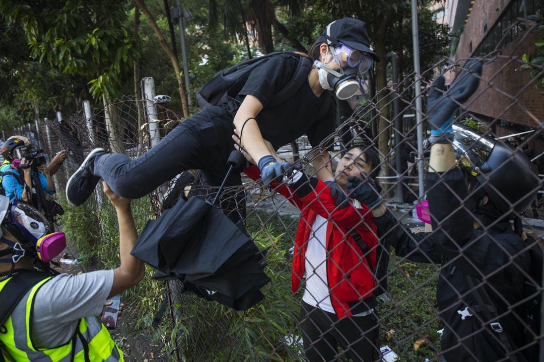 2019年11月18日,示威者試圖離開理大校園。
