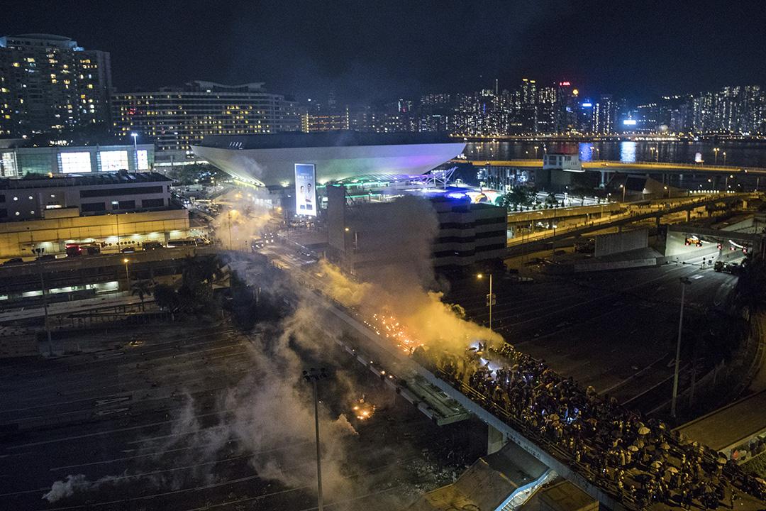 2019年11月17日,警方與示威者在紅隧收費廣場天橋對峙,示威者以氣油彈擲向銳武裝甲車,車一度起火,被迫後退。