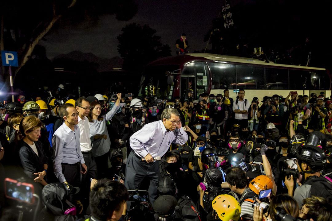 2019年11月12日,中大校長段崇智與警方談判後,與一眾學生及示威者交代雙方讓步方案。 攝:林振東 / 端傳媒
