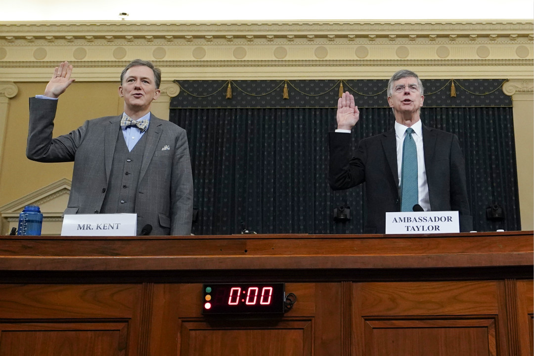 2019年11月13日,美國眾議院舉行彈劾特朗普調查首次公開聽證會,喬治·肯特(George Kent,左)和泰勒(Bill Taylor)作證前宣誓。 攝:Joshua Roberts/Getty Images