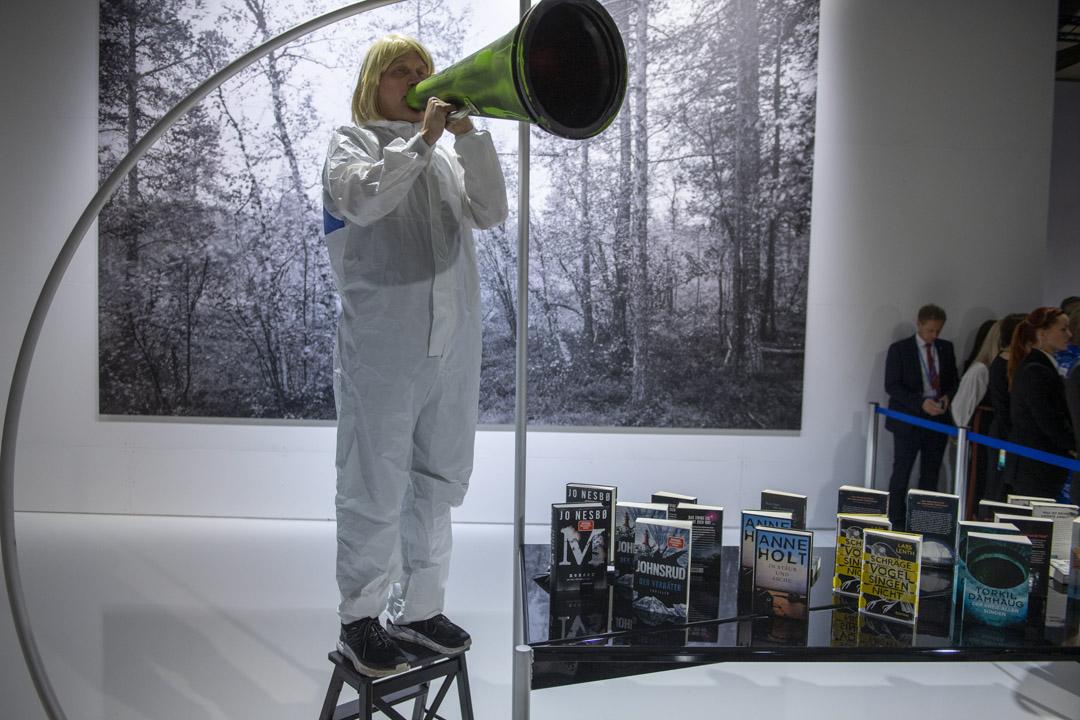 2019年10月15日,一位藝術家在法蘭克福書展現場。