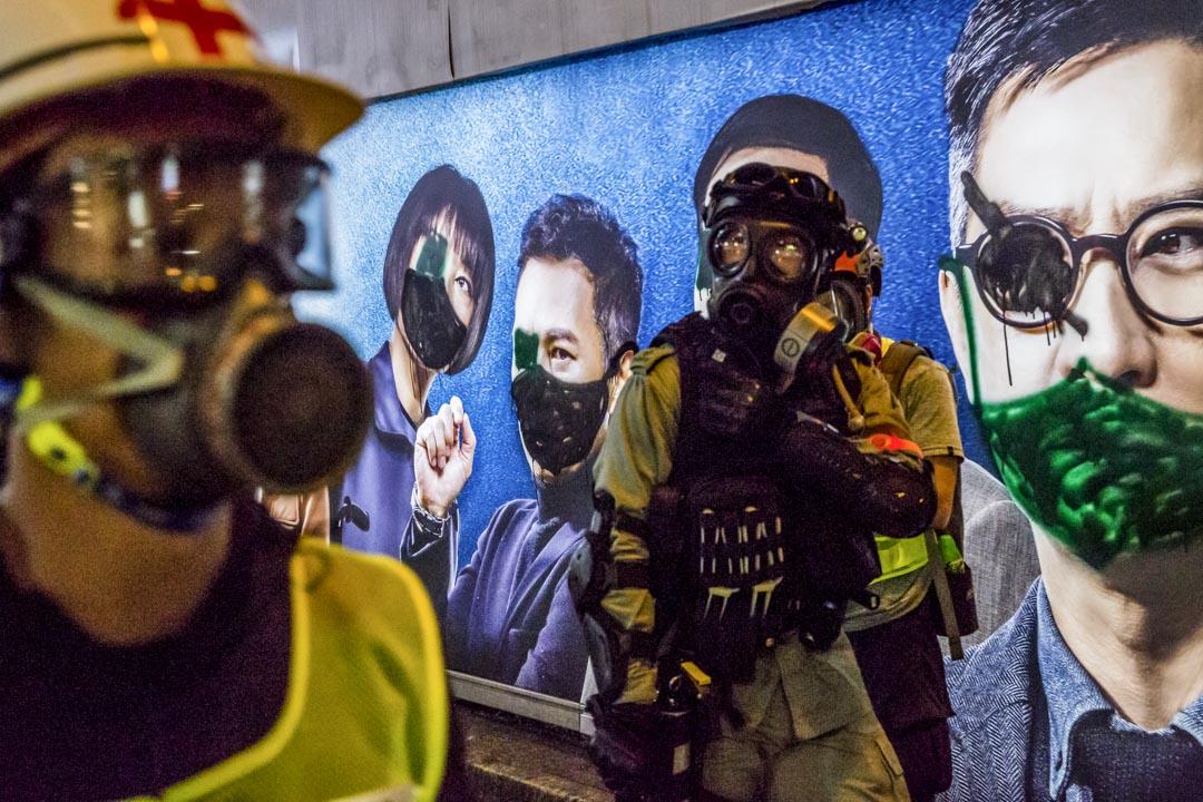 2019年11月2日,銅鑼灣一塊電車站的電影海報,當中的演員被塗上了黑色口罩。 攝:林振東/端傳媒