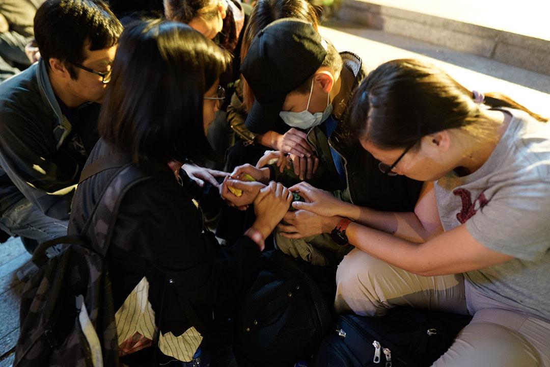 2019年11月19日,晚上約有三百人聚集尖沙咀梳士巴利道公園,舉行祈禱會聲援理大示威者。