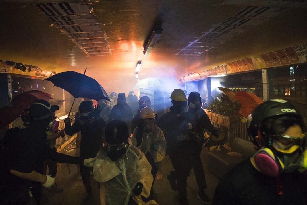 2019年11月17日,連接理工大學與紅磡火車站的行人天橋起火。