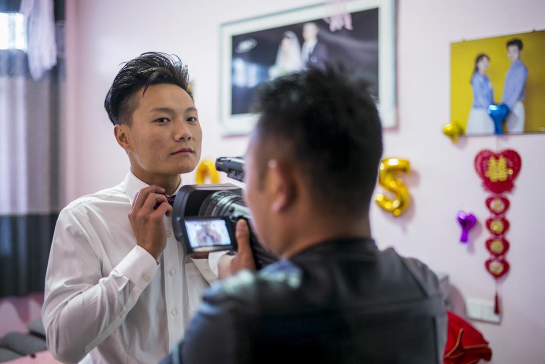 身高1米75,面龐俊朗的小彬今年22歲,攝影師於婚禮當天拍攝他特寫的畫面。