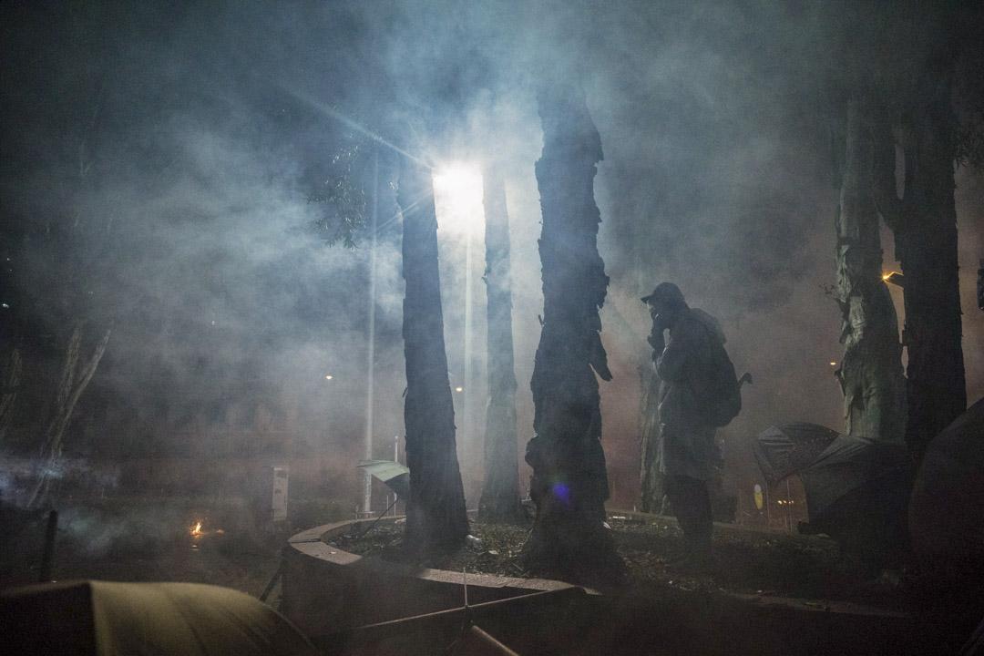 2019年11月17日,理工大學外警員向示威者施放催淚彈。