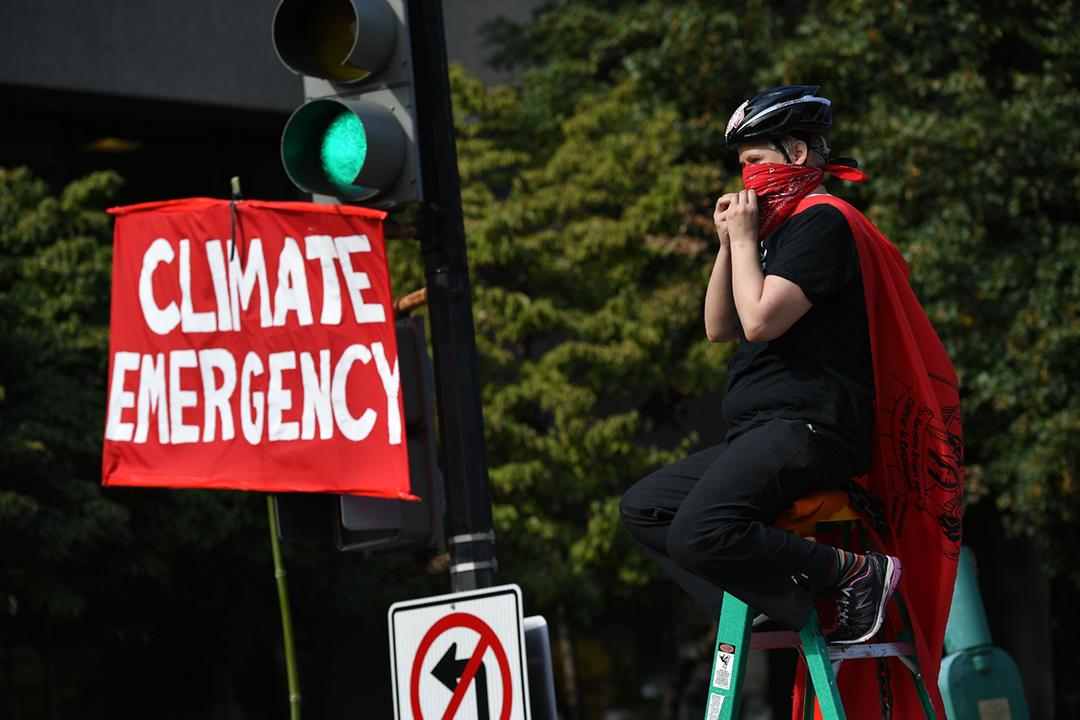 2019年9月23日,一名環境保護運動人士在華盛頓街頭抗議,要求各國切實履行《巴黎協定》之餘、推出更多環保措施。 攝:Mandel Ngan / AFP via Getty Images