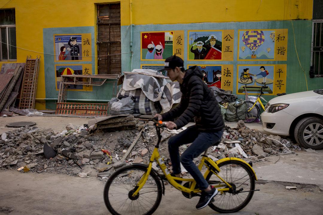 2018年,深圳街上一個踏單車的人。