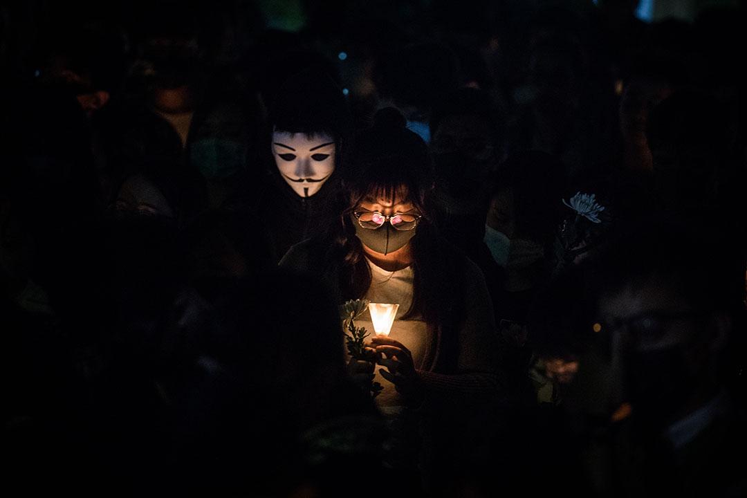 11月8日晚上,同學和市民自發來到科大校園,點起蠟燭為周同學舉行悼念會。